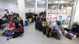 Sejumlah pemudik menunggu keberangkatan kereta di Stasiun Pasar Senen, Jakarta Pusat, Rabu (30/5). Sebagian warga lebih memilih mudik lebih awal untuk menghindari lonjakan penumpang. (Liputan6.com/Arya Manggala)