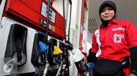 Petugas SPBU bersiap melayani pembeli BBM jenis Pertalite ke sepeda motor di SPBU Coco, Abdul Muis, Jakarta, Jumat (25/7/2015). Partalite dijual dengan harga Rp.8400 perliter. (Liputan6.com/Helmi Afandi)