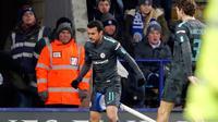 Gelandang Chelsea, Pedro melakukan selebrasi usai mencetak gol ke gawang Leicester City pada perempatfinal Piala FA di stadion King Power, Inggris (18/3). The Blues akan menghadapi Southampton pada laga semifinal. (AP Photo / Frank Augstein)