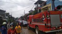 Petugas gabungan membersihkan lumpur akibat banjir di Perumahan Pondok Gede Permai, Jatiasih, Kota Bekasi. (Liputan6.com/Bam Sinulingga)