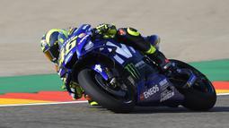 Pebalap Movistar Yamaha, Valentino Rossi, memacu keceparan saat sesi latihan MotoGP Aragon di Sirkuit Aragon, Spanyol, Sabtu (21/9/2018). Pada sesi latihan ini, pria Italia itu hanya menduduki posisi kesembilan. (AFP/Jose Jordan)