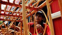 Perajin menyelesaikan pembuatan kerajinan dari rotan di kawasan Tangerang, Banten, Rabu (17/2). Pandemi corona memukul banyak sektor usaha tak terkecuali UMKM akibat adanya pembatasan aktivitas masyarakat yang membuat omzet penjualan kerajinan rotan menurun. (Liputan6.com/Angga Yuniar)