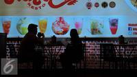 Pengunjung menikmati makanan saat Indonesia Franchise & SME Expo (IFSE) di Jakarta Convention Center (JCC), Jumat (25/11). Diharapkan pengunjung dapat melihat peluang usaha yang ditawarkan oleh industri waralaba Indonesia. (Liputan6.com/Angga Yuniar)