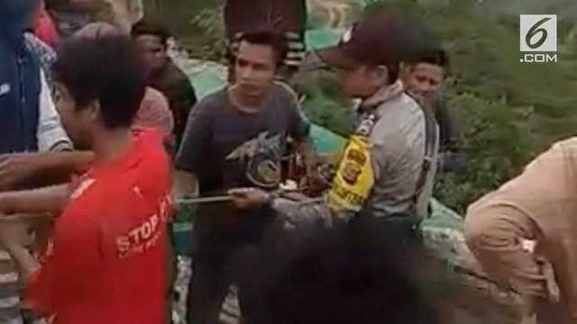 Tujuh orang tewas akibat terjebak di dalam lubang penambangan emas ilegal di Lombok, Nusa Tenggara Barat.