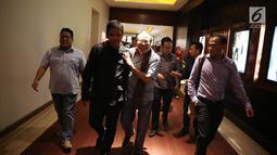 Mantan menko bidang kemaritiman Rizal Ramli bersiap nonton bareng (nobar) film Dilan 1990 di Senayan City, Jakarta, Kamis (8/12). Dalam waktu 12 hari tayang di bioskop, Dilan 1990 sudah disaksikan empat juta penonton.  (Liputan6.com/Immanuel Antonius)