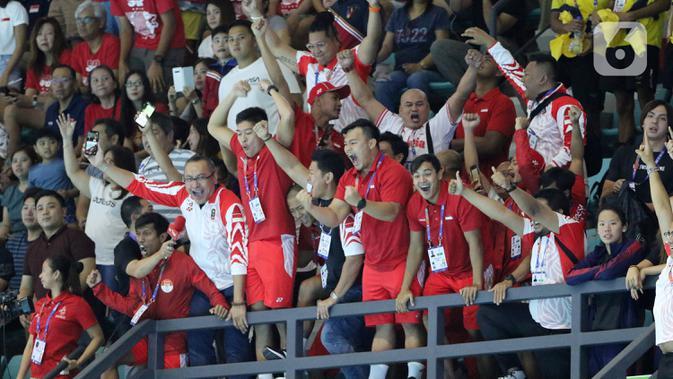 Tim polo air putra Indonesia merayakan keberhasilan meraih medali emas pada SEA Games 2019 di Aquatic Center, Clark, Filipina, Jumat (29/11/2019). Indonesia berhasil meraih emas perdana dari cabang polo air. (Bola.com/M Iqbal Ichsan)