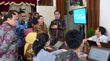 Presiden Jokowi meninjau integrated digital work (IDW) di Kantor Kementerian PPN/Bappenas
