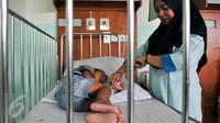 Perawat melakukan pemeriksaan kepada anak-anak pasien DBD di RSUD Depok, Selasa (9/2/2016). Pasien DBD di Rumah Sakit Umum Daerah (RSUD) Kota Depok terus meningkat sejak Desember 2015. (Liputan6.com/Yoppy Renato)