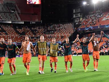 Para pemain Ajax Amsterdam berselebrasi menyapa para suporter usai pertandingan melawan Valencia pada grup H Liga Champions di stadion Mestalla, Spanyol (2/10/2019). Ajax menang telak 3-0 atas Valencia. (AFP Photo/Javier Soriano)