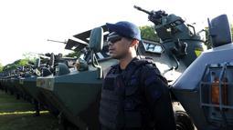 Pasukan TNI berdiri selama persiapan keamanan kunjungan Raja Salman bin Abdul-Aziz Arab Saudi di Nusa Dua, Bali (3/3). 2.500 personil gabungan TNI dan Polri siap mengamankan kunjungan Raja Salman di Bali. (AFP Photo / Sonny Tumbelaka)