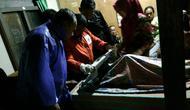 Evakuasi salah satu korban meninggal tragedi banjir bandang Sungai Rejasa, Belik, Pemalang. (Foto: Liputan6.com/Polres Pemalang/Muhamad Ridlo)