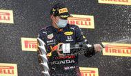 Pembalap Red Bull Max Verstappen melakukan selebrasi usai memenangkan F1 GP Emilia Romagna di Sirkuit Imola, Italia, Minggu (18/4/2021). Max Verstappen keluar sebagai juara diikuti Lewis Hamilton dan Lando Norris. (AP Photo/Luca Bruno)