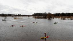 Suasana banjir yang merendam padang rumput Taman Nasional Soomaa, Estonia, Minggu (17/3). Banjir akibat salju yang mencair kerap merendam Taman Nasional Sooma memasuki musim semi. (Reuters/Ints Kalnins)