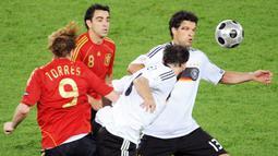Di partai final, Spanyol menumbangkan Jerman dengan skor tipis 1-0 melalui gol yang dicetak oleh Fernando Torres dan tentunya umpan dari sang maestro Xavi Hernandez. (AFP/Mladen Antonov)