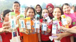 Warga menunjukkan tumbler saat mengikuti gerakan 1 juta  tumbler di GBK, Senayan, Jakarta, Minggu (28/7/2019). Sekitar 1.500 orang antusias mengikuti senam bersama dalam acara gerakan 1 juta  tumbler tersebut. (Liputan6.com/Angga Yuniar)