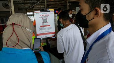 Uji Coba Aplikasi PeduliLindungi di Stasiun KRL