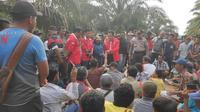 Perwakilan salah satu LSM berdialog dengan anggota Koperasi Gondai Bersatu terkait eksekusi lahan di Pelalawan. (Liputan6.com/M Syukur)