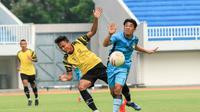 Laga uji coba antara dua tim kontestan Liga 2, PSIM Yogyakarta (biru) melawan PSG Pati di Stadion Mandala Krida, Yogyakarta, Kamis (3/6/2021). (Dok PSG Pati)