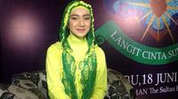 Ustad Riza Muhammad memberi peraturan, sang istri, Indri Giana boleh syuting hanya jika dengan dirinya.