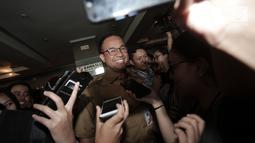 Gubernur DKI Jakarta Anies Baswedan tersenyum saat menyapa awak media usai menjalani pemeriksaan di Gedung Bawaslu RI, Jakarta, Senin (7/1). (Merdeka.com/Iqbal S. Nugroho)