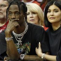 Kejutan! Kylie Jenner ternyata tinggal bareng seseorang. Namun ternyata dia bukanlah ayah dari Stormi alias Travis Scott. (Life & Style)