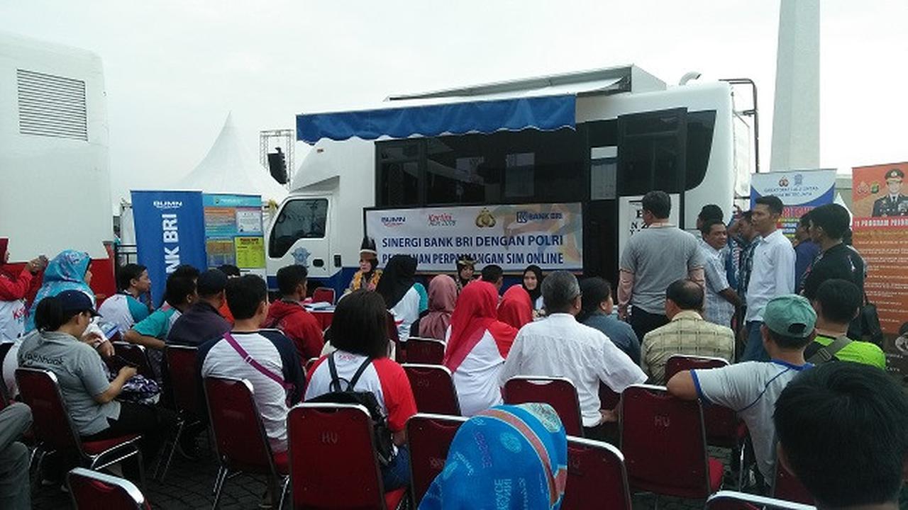 Layanan perpanjangan SIM gratis di lokasi acara peringatakan Hari Kartini yang digelar Kepolisian dan BRI. (Dok Merdeka.com)