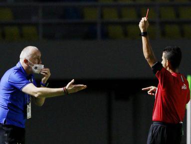 Pelatih PSIS Semarang, Dragan Djukanovic, mendapat kartu merah pada laga melawan Barito Putera di Piala Menpora 2021 di Stadion Manahan, Solo, Minggu (21/03/2021).(Bola.com/M Iqbal Ichsan)
