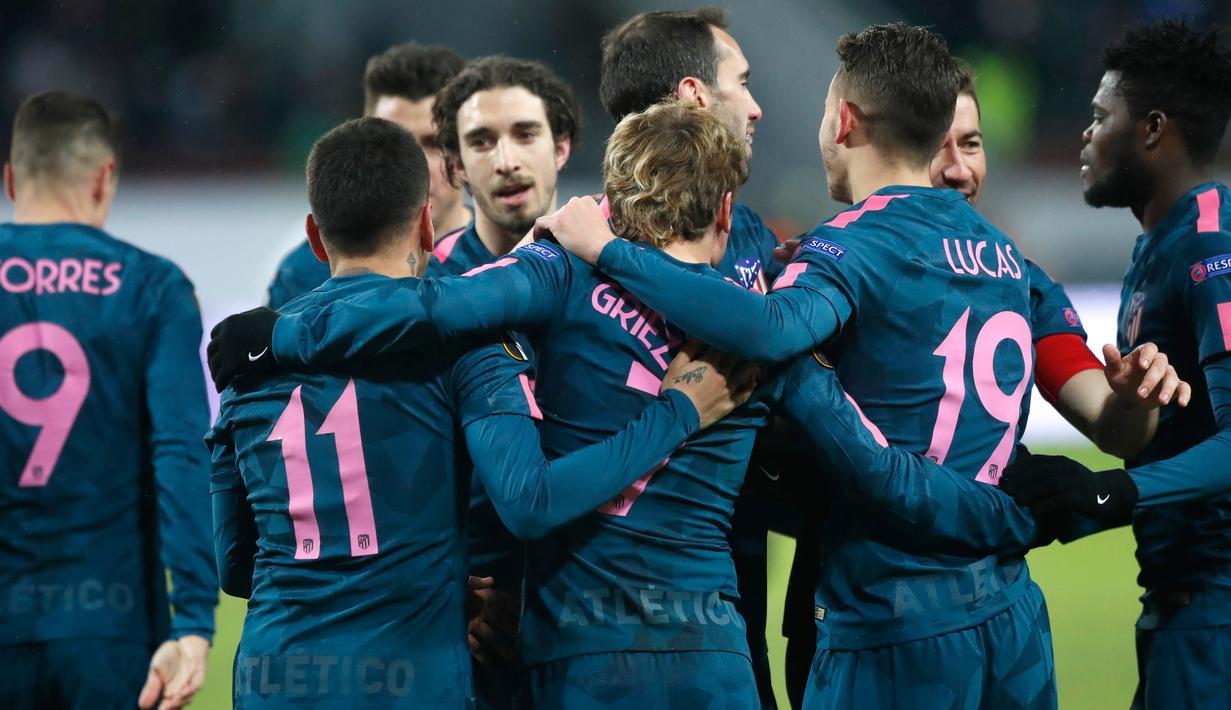 Para pemain Atletico Madrid merayakan kemenagan atas tuan rumah Lokomotiv Moskow pada leg kedua babak 16 besar Liga Europa di RZD Arena, Kamis (15/3). Atletico Madrid lolos ke perempatfinal Liga Europa usai menang telak 5-1. (AP/Pavel Golovkin)