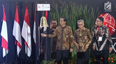 Presiden Joko Widodo atau Jokowi saat menutup perdagangan Indeks Harga Saham Gabungan (IHSG) 2018 di Kantor BEI, Jakarta, Jumat (28/12). Perdagangan IHSG 2018 resmi ditutup. (Liputan6.com/Angga Yuniar)