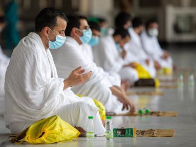 Para jemaah haji berdoa di Masjidil Haram di Makkah, Arab Saudi (29/7/2020). Para jemaah haji pada Rabu (29/7) memulai hari pertama rangkaian ibadah haji tersebut di kota suci Makkah, Arab Saudi, demikian diungkapkan oleh Kementerian Media Arab Saudi. (Xinhua/Kementerian Media Arab Saudi)