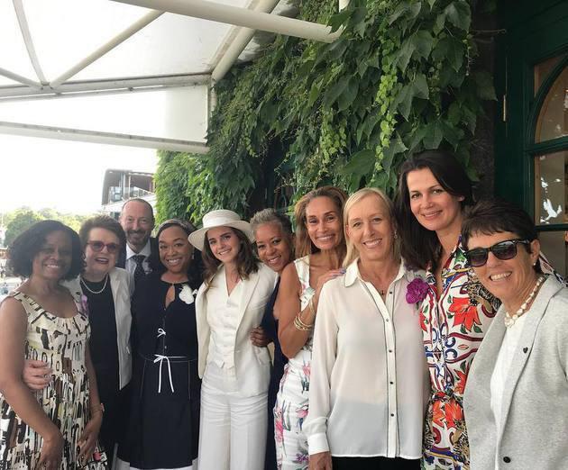 Emma Watson tampil cantik dengan pakaian serba putih. Kali ini ia ditemani oleh John Vosler guru yoganya./Copyright instagram.com/katadams68