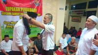 Tim Sukses Jokowi dan Prabowo di Banjarnegara saling mengalungkan sarung sebagai tanda damai dan rekonsiliasi usai pemiu. (Foto: Liputan6.com/Polres Banjarnegara/Muhamad Ridlo)