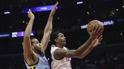 Pemain Los Angeles Clippers, Lou Williams (kanan) berusaha memasukan bola saat diadang pemain Memphis Grizzlies, Brandan Wright pada laga NBA basketball game, di Staples Center, Los Angeles, (2/1/2018). Clippers menang 113-105. (AP/Jae C. Hong)