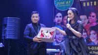 Krisdayanti melelang sepatu mewahnya untuk mmebantu koban gempa Lombok. (Nurwahyunan/Bintang.com)