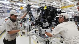 Pekerja merakit mesin mobil All New BMW X3 xDriver20i di PT Gaya Motor, Sunter, Jakarta, Rabu (18/7). All New BMW X3 xDriver20i rakitan dalam negeri ditawarkan dengan harga Rp 1.009.000.000. (Merdeka.com/Dwi Narwoko)