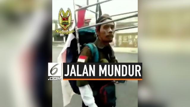 Seorang pria rela berjalan kaki menuju Jakarta untuk memberikan tanda bakti cinta tanah air.