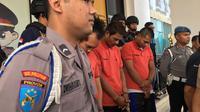 Para pelaku begal tertunduk ketika dihadapkan dengan awak media, di Mapolres Tangerang Selatan, Selasa (7/8/2018). Begal ini tak segan melukai korbannya saat tengah melancarkan aksinya. (Liputan6.com/Pramita Tristiawati)