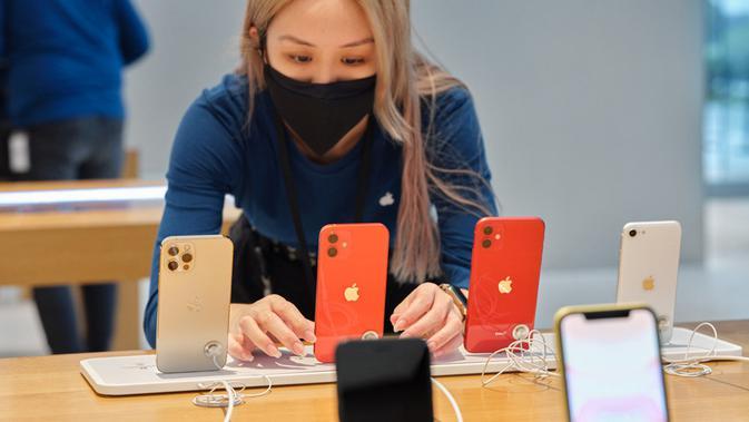 Para pembeli pertama iPhone 12 memamerkan perangkat yang baru dibelinya di Apple Store Orchard Road Singapura (Foto: Apple Newsroom)