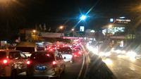 Imbas sebagian ruas Tol Cikampek ditutup, jalur Puncak Bogor macet 20 KM. (Liputan6.com/Achmad Sudarno)