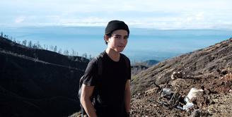 Giulio Parengkuan, aktor remaja yang juga bermain di film Dilan 1990 ini pun tengah menjadi sorotan  publik, terutama para gadis remaja. Hal yang membuatnya banyak disorot adalah ketampanannya. (Instagram/giulioparengkuan)