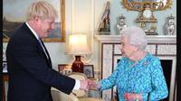 Ratu Elizabeth II mengepit erat tas tangan hitamnya saat menerima kunjungan PM Inggris Boris Johnson di kediamannya. (dok. Instagram @theroyalfamily/https://www.instagram.com/p/B0TasptnU30/Dinny Mutiah)