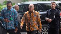 Direktur Utama BPJS Ketenagakerjaan (TK) Agus Susanto tiba di Gedung KPK, Jakarta, Rabu (13/2). Kedatangan Dirut BPJS TK untuk menandatangani perjanjian kerja sama pencegahan hingga kajian sistem jaminan sosial di Indonesia. (Merdeka.com/Dwi Narwoko)
