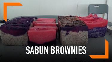 Beberapa siswa SMA di Bandung membuat sabun berbentuk brownies. Sabun ini dipercaya bisa bersihkan kuman di tubuh dan tangan.