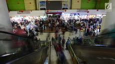 Geliat perdagangan Pasar Tanah Abang, Jakarta, Sabtu (25/5/2019). Pasca Aksi 22 Mei 2019 kawasan pasar Tanah Abang mulai kembali normal. (merdeka.com/Imam Buhori)