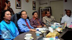 Menko Kemaritiman dan Sumberdaya Rizal Ramli (duduk kedua kiri) memberikan pernyataan bersama perwakilan masyarakat Maluku di Gedung BPPT, Jakarta, Rabu (7/10/2015). Pertemuan membahas permasalahan kontrak Blok Masela. (Liputan6.com/Helmi Fithriansyah)