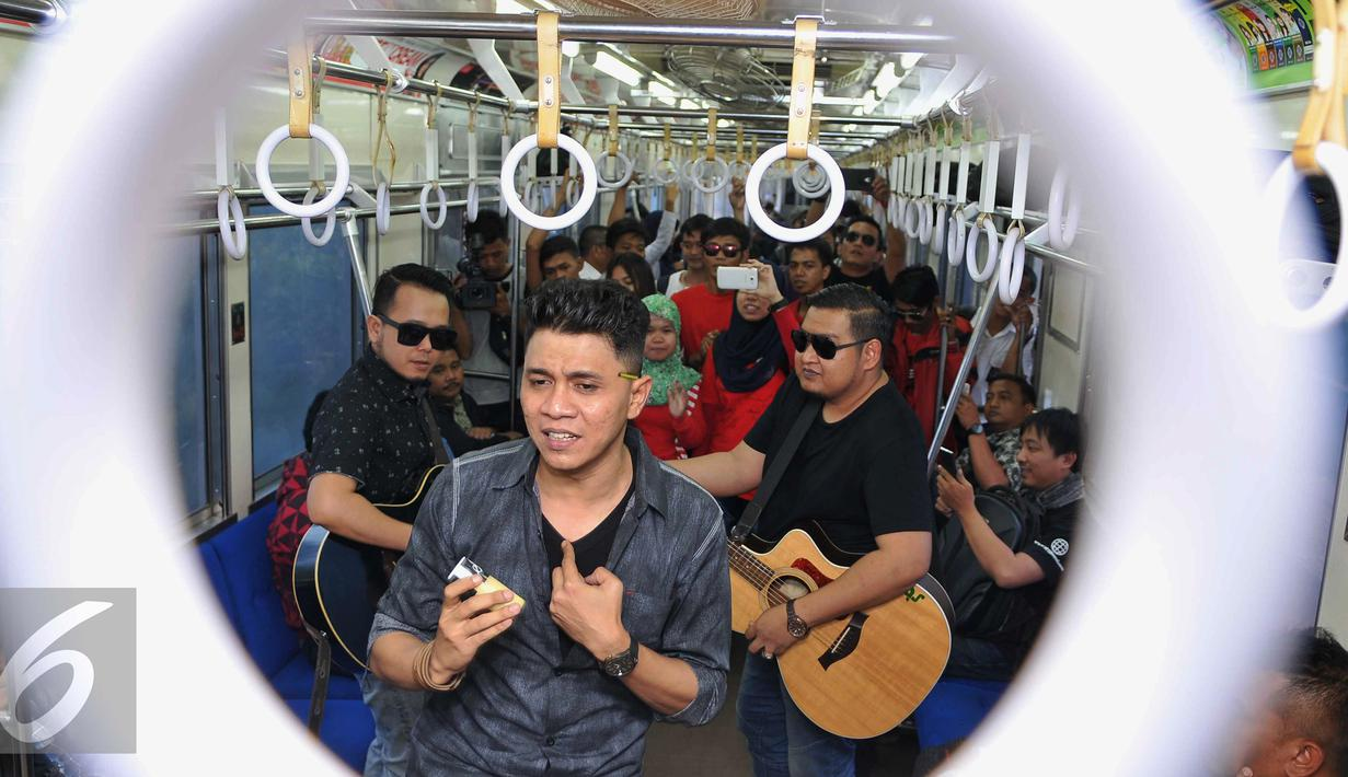Band beraliran musik melayu, ST12 membawakan lagu saat berada di dalam gerbong kereta commuter, Jumat (18/9/2015).  Band ST 12 didapuk menjadi duta Kereta Api Indonesia (KAI). (Liputan6.com/Gempur M Surya)