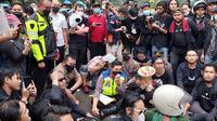 Kapolres Kota Tangerang Kombes Pol Wahyu Sri Bintoro menemui mahasiswa yang berdemo di kantornya. (Foto: Pramita Tristiawati/Liputan6.com).