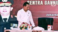 Kabareskrim Komjen Pol Listyo Sigit Prabowo memberi arahan pada penutupan Pelatihan Penanganan Tindak Pidana Pemilihan dan Laporan Sentra Gakumdu Pemilihan 2020, Jakarta, Kamis (27/2/2020). Pengarahan diberikan untuk Dirreskrimum hingga Kasubdit I/Kamneg Polda se-Indonesia (Liputan6.com/Johan Tallo)
