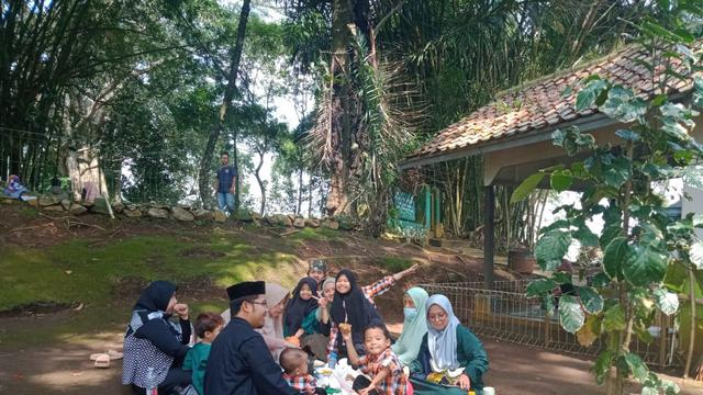 Salah satu acara munggahan yakni makan bersama yang dilakukan bersama sanak saudara menyambut datangnya bulan suci Ramadan.
