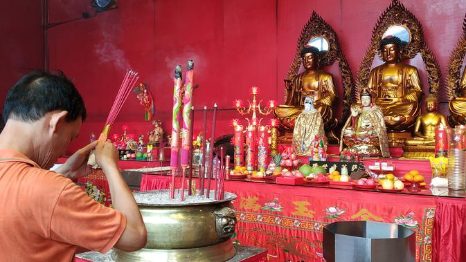 Wihara Dharma Bhakti ramai dikunjungi umat yang ingin berdoa (Liputan6/Winda Nelfira)